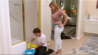 Madura seduciendo a su joven empleado de limpieza