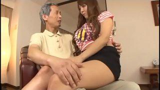 La perra Hitomi Tanaka follando con abuelos