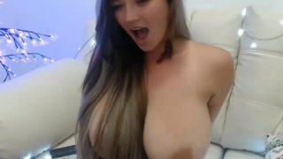 hermosa latina jugando con su dildo