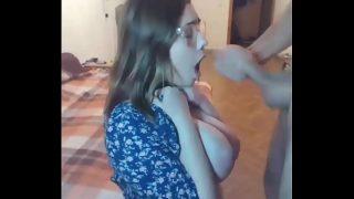 Chica nerd xxx obteniendo una gran corrida de leche